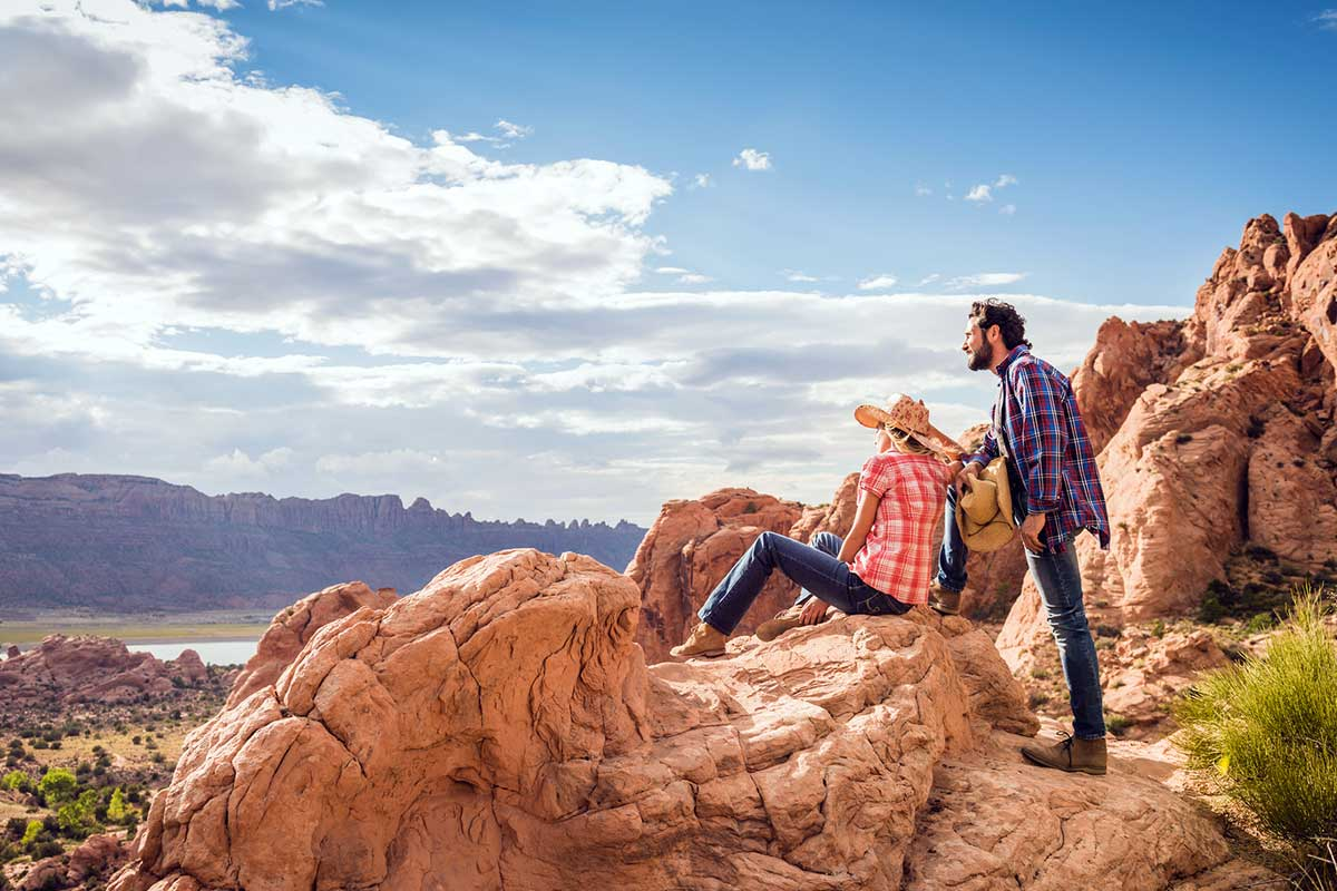 couple-looking-at-desert-view-from-rock-formation